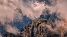 Bergspitzen im Nebel