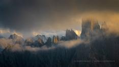 Leuchtende Bergspitzen im Nebel