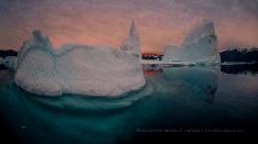 Last Glow mit Eisberg im Scoresby Sund