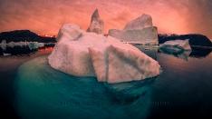 Sonnenuntergangsstimmung mit Eisberg im Scoresby Sund