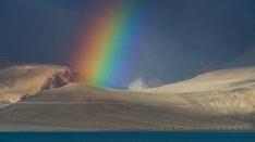 Wetterfront mit Regenbogen am Tsomoriri See
