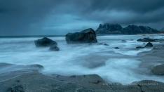 Am Strand in den Lofoten bei Wind
